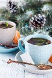 Dois copos de chá com a árvore do saquinho de chá e do xmas Imagem de Stock