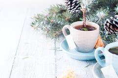 Dois copos de chá com a árvore do saquinho de chá e do xmas Imagens de Stock