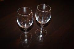 Dois copos de vinho - alimento e equipamento da bebida imagem de stock