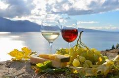 Dois copos de vinho, queijos e uvas fotos de stock royalty free