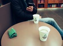 Dois copos do café de Caif na tabela Marca - café de Caif Fotos de Stock