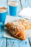 Dois copos do café e dos croissant Foto de Stock