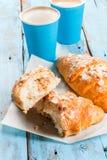 Dois copos do café e dos croissant Foto de Stock Royalty Free