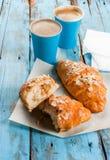 Dois copos do café e dos croissant Fotografia de Stock Royalty Free