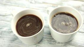 Dois copos do café fecham-se acima filme