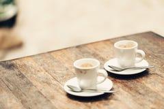 Dois copos do café na tabela de madeira Foto de Stock Royalty Free