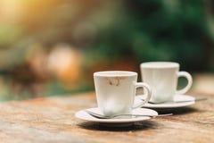 Dois copos do café na tabela de madeira no café Imagem de Stock