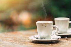 Dois copos do café na tabela de madeira no café ou no coffeeshop Foto de Stock