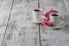 Dois copos do café preto com bolinhos de amêndoa deliciosos Imagens de Stock Royalty Free