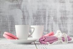 Dois copos do café preto com bolinhos de amêndoa deliciosos Fotografia de Stock