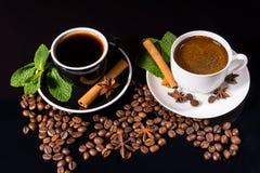 Dois copos do café preto com feijões Roasted Fotografia de Stock Royalty Free