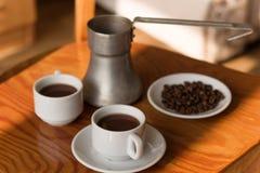 Dois copos do café preto e do cezve Fotografia de Stock
