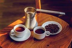 Dois copos do café preto e do cezve Fotografia de Stock Royalty Free