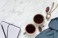 Dois copos do café preto e do caderno Foto de Stock Royalty Free