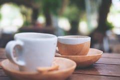 Dois copos do café quente na tabela de madeira do vintage com natureza do borrão Foto de Stock