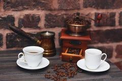 Dois copos do café recentemente fabricado cerveja na tabela Foto de Stock
