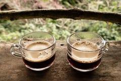 Dois copos do café tailandês na tabela de madeira Imagem de Stock