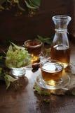 Dois copos do chá do Linden com flores do Linden Fotos de Stock