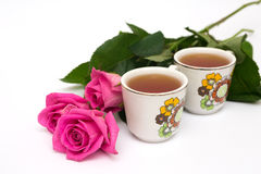 Dois copos do chá e das rosas Fotos de Stock Royalty Free
