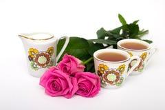 Dois copos do chá e das rosas Imagens de Stock Royalty Free