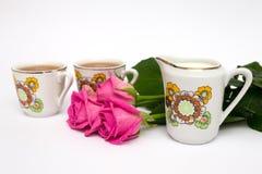 Dois copos do chá e das rosas Fotografia de Stock