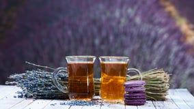 Dois copos do chá e de um ramalhete da alfazema em um fundo de um b Foto de Stock Royalty Free