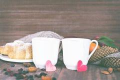 Dois copos do chá em um ajuste romântico Imagem de Stock Royalty Free