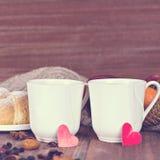 Dois copos do chá em um ajuste romântico Fotos de Stock