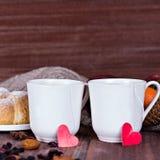 Dois copos do chá em um ajuste romântico Foto de Stock Royalty Free