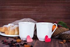 Dois copos do chá em um ajuste romântico Fotografia de Stock Royalty Free