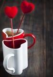 Dois copos do chá para o dia de Valentim Imagens de Stock Royalty Free