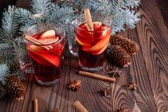 Dois copos do chá picante Ramos do pinho e chá quente em um fundo de madeira Chá vermelho Composição do Natal Imagem de Stock