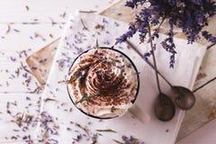 Dois copos do chocolate quente com creme chicoteado Foto de Stock Royalty Free