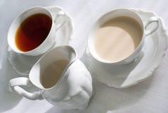 Dois copos do jarro do chá e de leite. Fotos de Stock Royalty Free