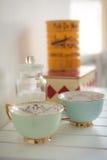 Dois copos do vintage da porcelana em uma tabela de madeira branca Foto de Stock