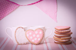Dois copos e cookies do coração no rosa Fotografia de Stock Royalty Free