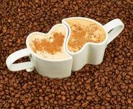 Dois copos em feijões de café Foto de Stock