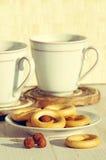 Dois copos para o chá com bagels perfumados Foto de Stock