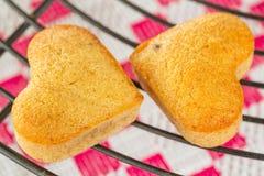 Dois coração caseiro muffin dados fôrma da banana imagem de stock