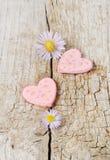 Dois corações cor-de-rosa no fundo de madeira Imagem de Stock Royalty Free