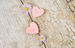 Dois corações cor-de-rosa pequenos no fundo de madeira Fotografia de Stock