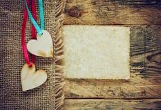 Dois corações da madeira compensada em fitas na lona do guardanapo Imagem de Stock Royalty Free
