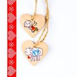 Dois corações de madeira na corda que forma o teste padrão do Natal fotos de stock royalty free