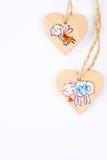 Dois corações de madeira na corda que forma o teste padrão do Natal Imagens de Stock Royalty Free