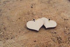 Dois corações de madeira no fundo de madeira imagem de stock royalty free