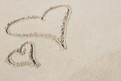 Dois corações desenhados na areia Foto de Stock Royalty Free