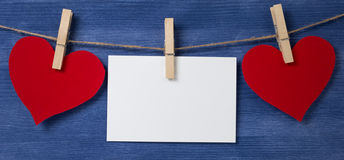 Dois corações e cartões de papel que penduram em uma corda Fotografia de Stock