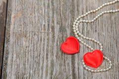 Dois corações e grânulos vermelhos Foto de Stock