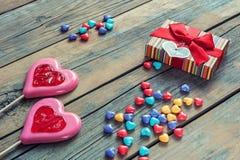 Dois corações e poucos corações coloridos dos doces Fundo de madeira Caixa de presente de empacotamento com espaço do coração e d Fotos de Stock Royalty Free