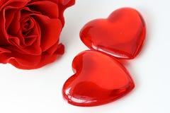 Dois corações e vermelhos levantaram-se Foto de Stock Royalty Free